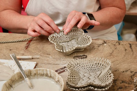 Belleek, UK: Hand weaving baskets