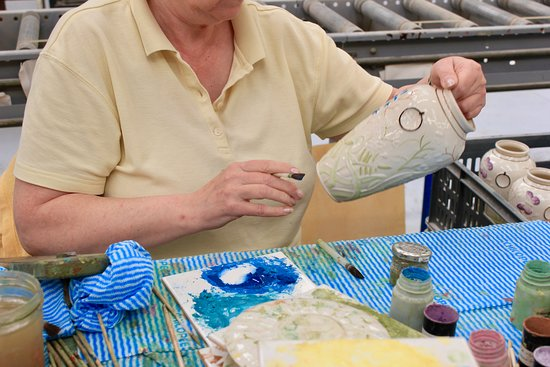 Belleek, UK: Hand painting the pottery