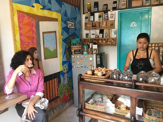 Pijao, Colombia: La tienda del buen vivir, al lado de la pequeña casa.