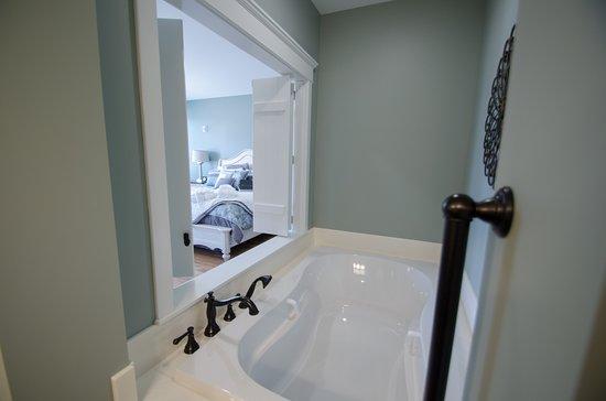 Wharf Street Inn: Riverfront room 105 jetted tub