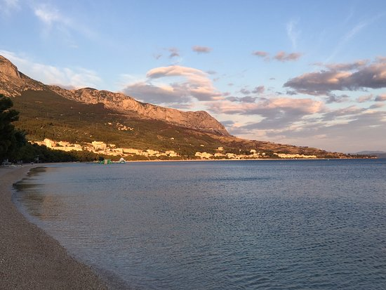 Aparthotel Tamaris: The beach in front of the hotel at sun-down
