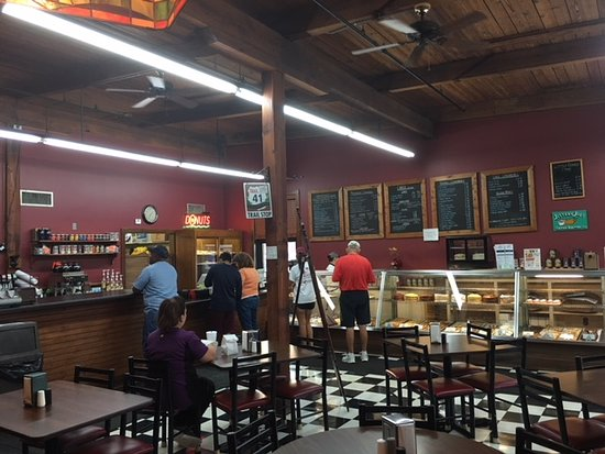 Mi-Lady Bakery: The counter area