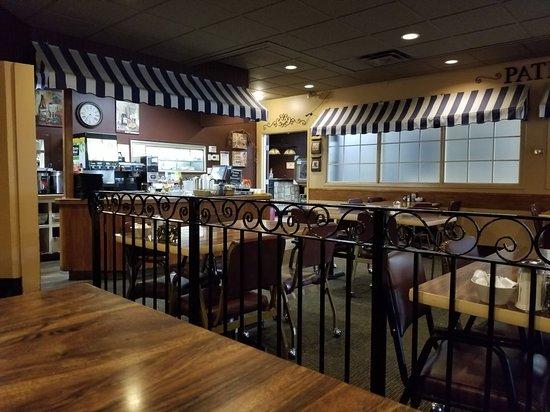 Le Petit Café: Serving and seating area