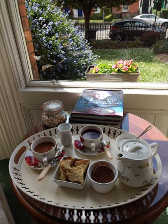 St. Aiden's Guesthouse: tea in the sitting room, w/view at garden/street