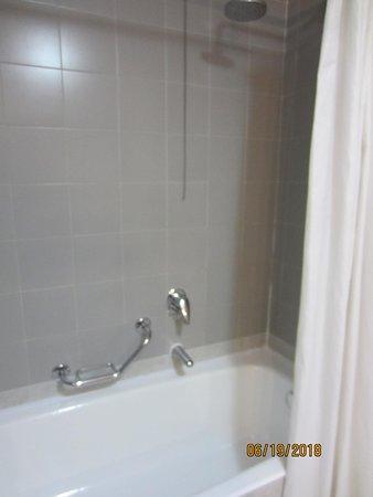 Best Western Hotel Cavalieri Della Corona: Shower and tub