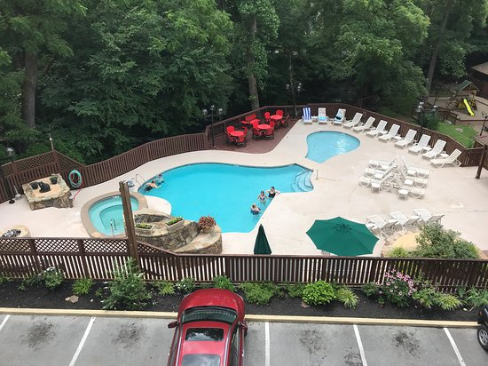 Tree Tops Resort: Pool and hot tub area is directly adjacent to the river
