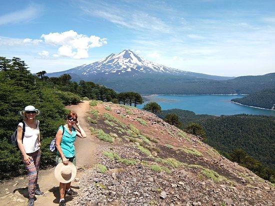 Araucania Region, Cile: Sendero Sierra Nevada con el Llaima al fondo