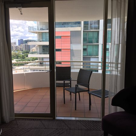 Rydges South Bank Brisbane: King suite lounge/kitchen area