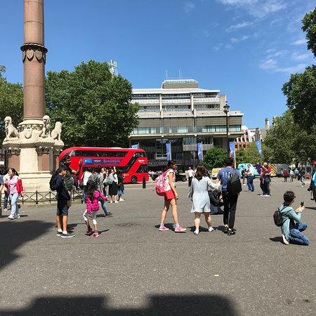 広場にある背の高い大きな柱