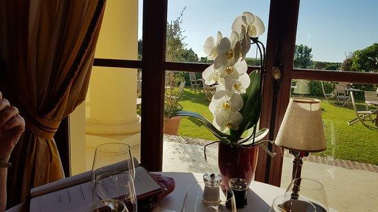 Cote Royal: Notre table avec le bouquet d'orchidées