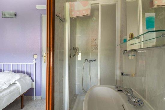 Hostal Arribes Del Duero: Baño en habitación doble