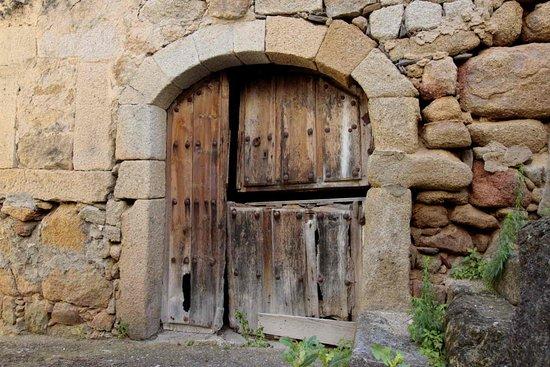 Hostal Arribes Del Duero: Puerta de piedra en Fermoselle