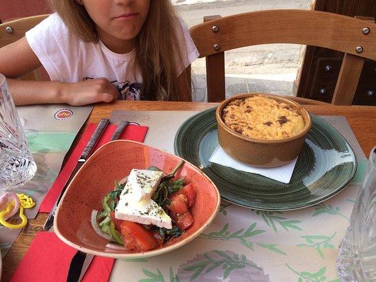 Avli in Malia: Мусака подается с греческим салатом