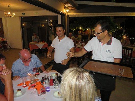 Neraida Family Restaurant: Raki, ouzo og dessert on the house, samt ejeren i midten.