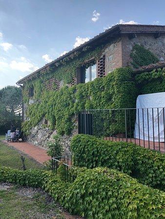 Vagliagli, Italia: Area externa, prédio onde ficamos hospedados e onde se serve o café da manhã