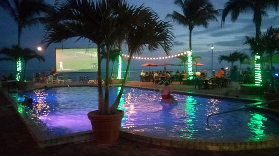 Sunset Grille and Raw Bar: Sunset overlooking the pool area.