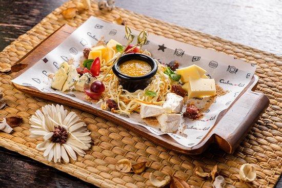 Cuba Libre bar: Ассорти сыров с миндалем в соленой карамели и апельсиновым конфитюром