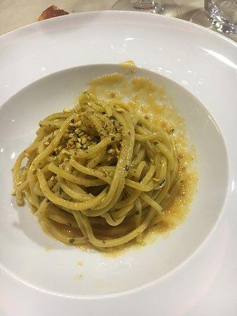 Ristorante Permeèuguale: Chitarrina, colatura di alici, datterini gialli e pesto di pistacchi al basilico