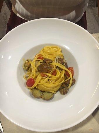 Ristorante Permeèuguale: Linguina di Gragnano aglio olio peperoncino zafferano vongole e pomini