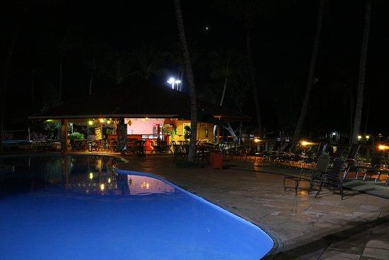 Hotel Fazenda Foz do Marinheiro: Piscina e bar a noite