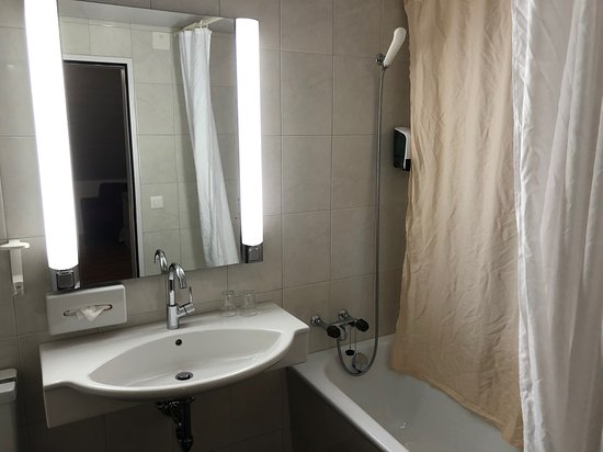 Hirschen Eggiwil: My bathroom with inside shower curtain to block out the window