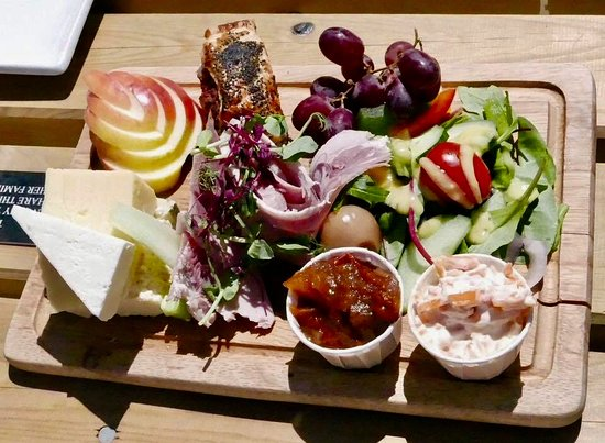 Hutton le Hole, UK: Best Ploughman's ever at the Crown