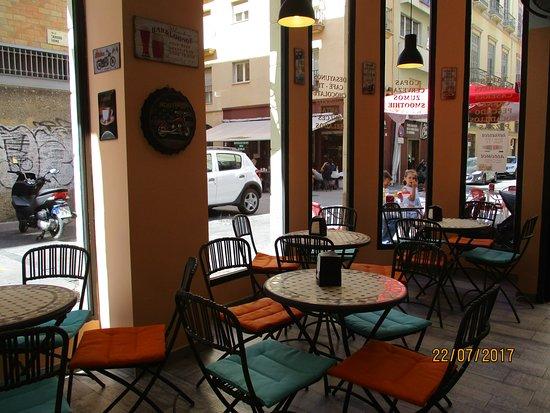 Cafe Bar El 13: mesas dentro del bar