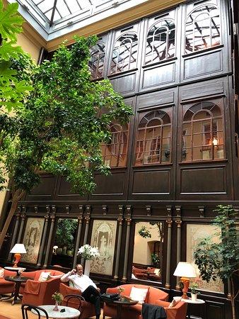 Hotel Konig Von Ungarn: מבט מהפטיו אל מסדרות המלון