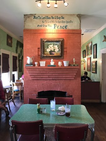 Leslie, AR: the front room