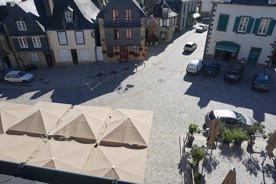 Le Faou, France: la place des fusillés et la terrasse
