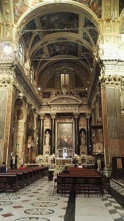 Chiesa del Gesu e dei Santi Ambrogio e Andrea : La navata centrale