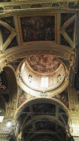 Chiesa del Gesu e dei Santi Ambrogio e Andrea : Il soffitto coi marmi policromi
