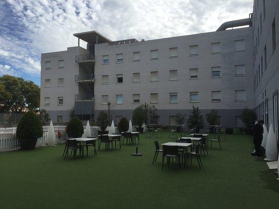Hotel Vertice Sevilla Aljarafe: Next to the pool.