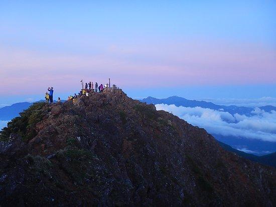 Akadake: 赤岳山頂でご来光を待つ人たち