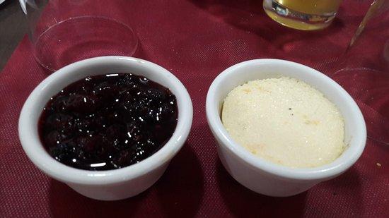 Chilches, Spain: Flan de coco y flan de huevo y leche con frutos rojos