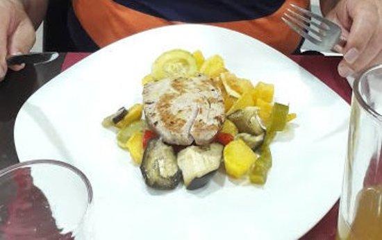 Chilches, İspanya: Atún con verduras (el atún se des hacía en la boca)