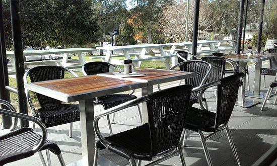Empire Bay, Australia: Plenty of outdoor tables on a sunny winter's day
