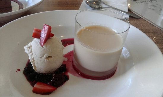Empire Bay, Australia: Baileys Panacotta, icecream and berries