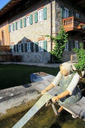 Nußdorf am Inn, Deutschland: Seitenansicht mit Bach davor