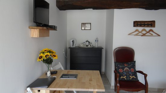 Villiers-Fossard, Frankrijk: Work station, TV, internet and tea tray with cookies