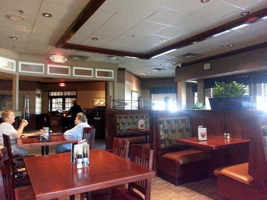 Red Lobster: more of the dining area with a view towards the entrance