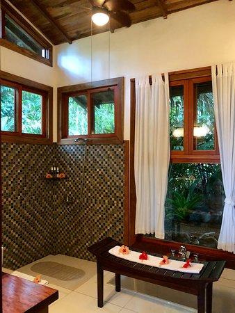Copa de Arbol Beach and Rainforest Resort: Incredible bathroom. Open shower and sunken soaking space