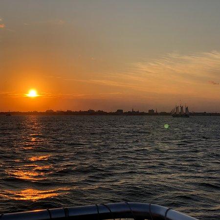 Foto de Crucero al atardecer en el puerto de Charleston
