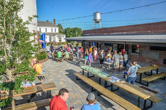 Rocky Mount, NC: Beer Garden outside of Goat Island Bottle Shop