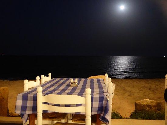 Family Restaurant Demetrion: Nighttime beach setting