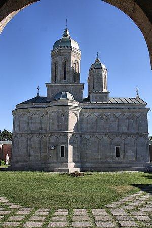 Manastirea Dealu: Je eerste blik op de kerk bij de toegangspoort.