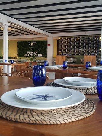 Pirata Beach Club Mojacar: Cenar en el interior climatizado nunca había sido tan acogedor