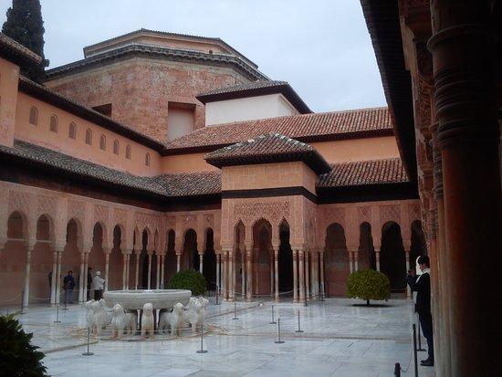 alhambra...questo nome viene derivato da AL AHMAR. che nella lingua Arabo vuol dire il rosso.