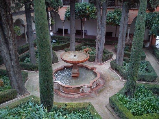 Alhambra, Испания: Si chiama AL-HAMBRA( in Arabo vuol dire il rosso)  perchè è stato costruisce dale pietre rosse