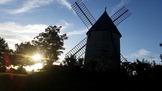 Brignemont, ฝรั่งเศส: Moulin au repos, sans les toiles au soleil couchant.